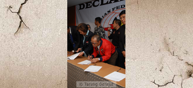 Sang Guru Tarung Derajat, G.H. Achmad Dradjat and KOI Chairman, Mrs. Rita Subowo in AFTD Declaration signed as a witness to the formation of the Federation of Asian Tarung Derajat